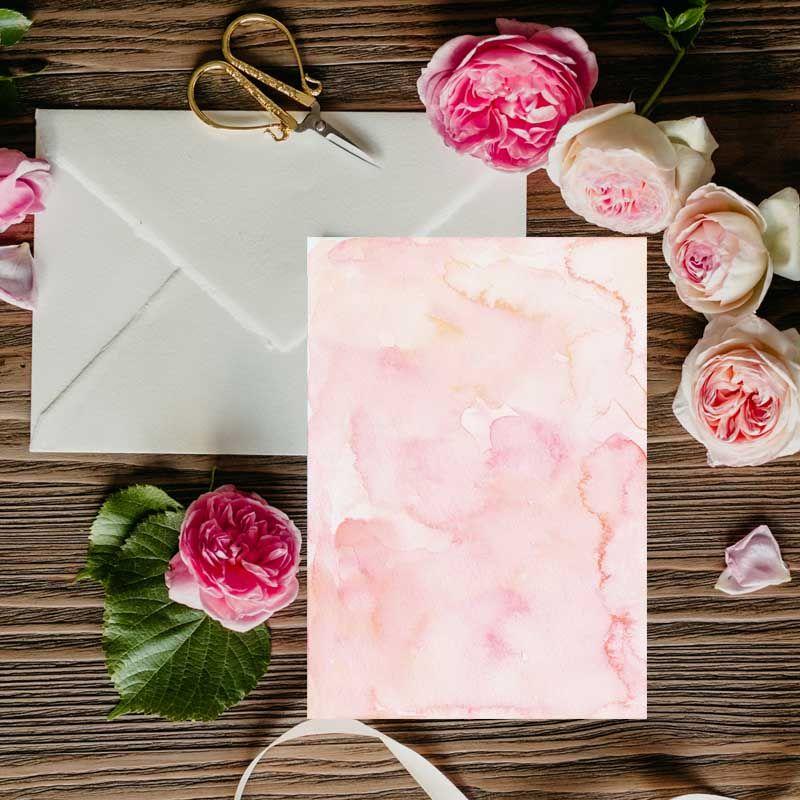 Invitaciones de boda pintadas en acuarela con flores rosas. Bodas rústicas