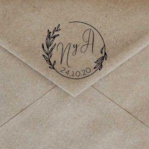 Sello de caucho iniciales guirnalda hojas bodas