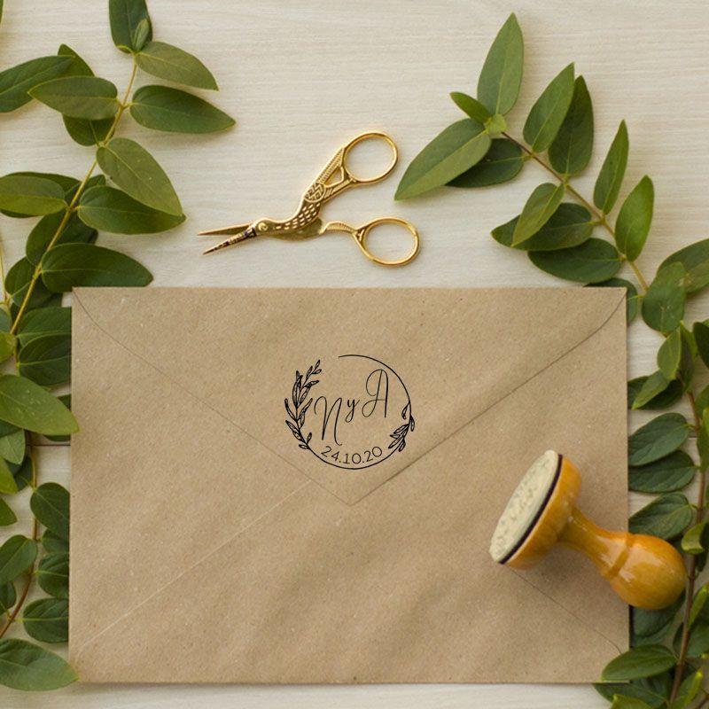 Sello de caucho iniciales guirnalda hojas bodas rústicas