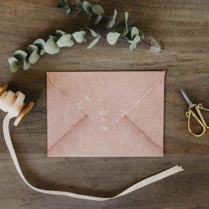 sobre artesano rosa palo invitaciones de boda flores burdeos