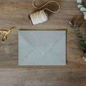 sobre artesano papelería de boda bonita