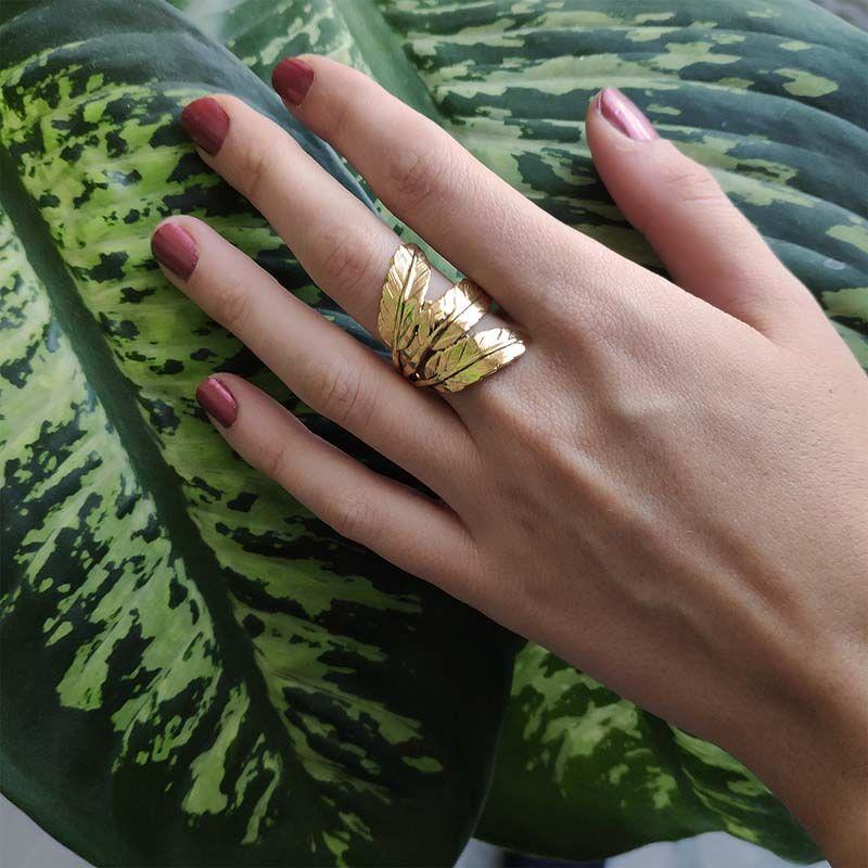 Anillo hecho a mano en oro tres hojas