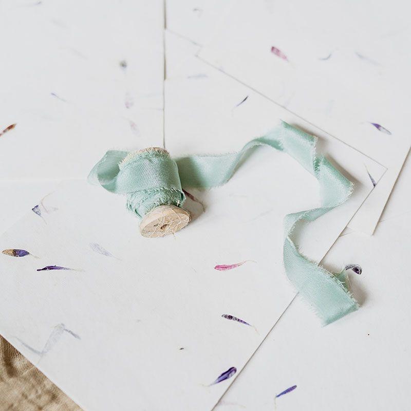 sobres artesanos pétalos azules y rosas