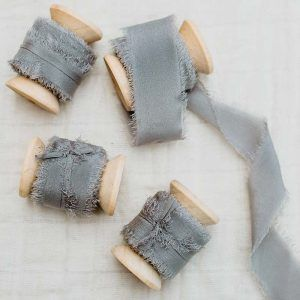 Cinta de seda deshilachada gris